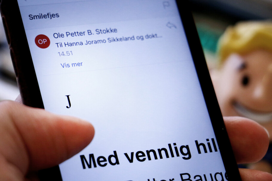 <strong>MYSTISK:</strong> Her har vi sendt en e-post med et smilefjes fra Outlook. Men på mobilen blir det bare en «J». Foto: Ole Petter Baugerød Stokke