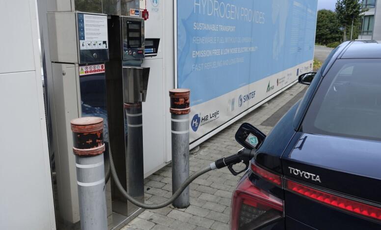 <strong>NESTEN SOM VANLIG:</strong> Å fylle hydrogen krever litt tilvenning, men tar ikke nevneverdig mer tid enn å fylle bensin eller diesel. Med fulle tanker - cirka fem kilo hydrogen - kan man håpe på en rekkevidde på mellom 40 og 50 mil i realiteten. Oppgitt teoretisk rekkevidde er 550 kilometer. Foto: Knut Moberg