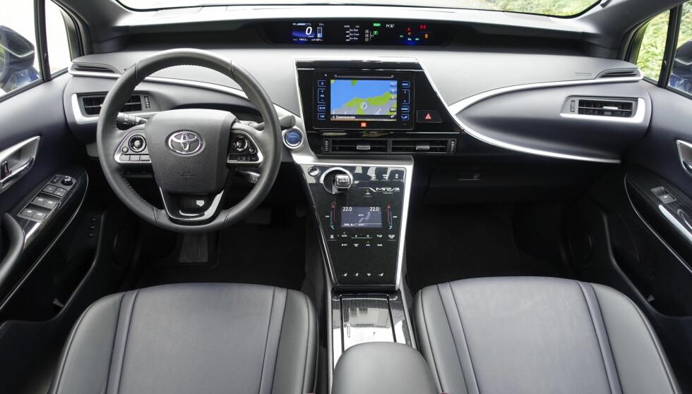 <strong>OVERSIKTLIG OG GREIT:</strong> Alt av tilgjengelig utstyr er standard på Toyota Mirai og bidrar sammen med den innovative teknologien til å rettferdiggjøre den relativt stive prisen på over 600.000 kroner. De digitale hovedinstrumentene er plassert over rattet. Der er gjenværende rekkevidde nøkkelinformasjon det er viktig å følge med på. Foto: Knut Moberg