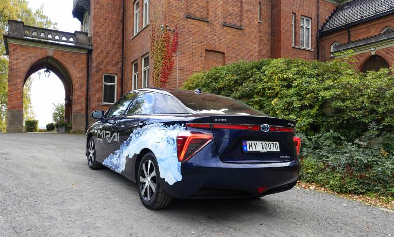 <strong>AERODYNAMISK:</strong> Som det oftest er tilfellet med hybrider og elbiler, har produsenten etterstrebet så lav luftmotstand som mulig. Det gjenspeiles i kilefasongen, hekk-finnene og formen på baklyktene. Undersiden av bilen er kledd med et deksel som fører luften bakover uten motstand. Foto: Knut Moberg