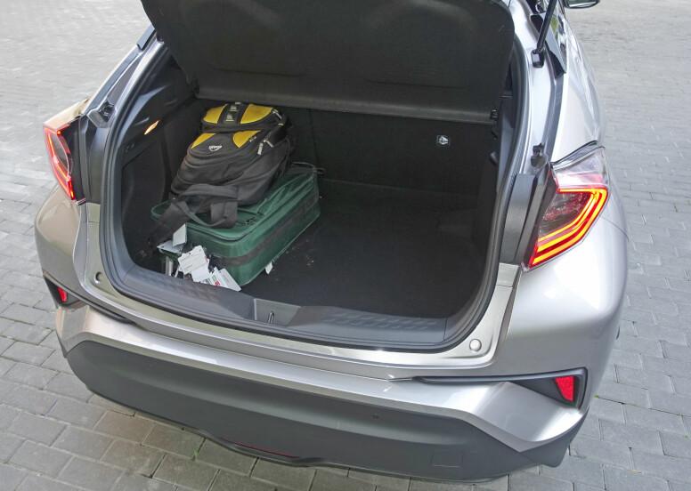 GREI PLASS: Bagasjerommet er på vanlig kompaktbil-størrelse - 377 liter - og har praktisk utforming. Her finner man sub-wooferen hvis man velger det utmerkede JBL-lydanlegget. Foto: Knut Moberg