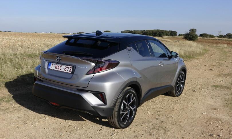 LEXUS-INSPIRERT? Selv om ikke Toyota sier det selv, tillater vi oss å anse at det er C-HR rent designmessig har et visst slektskap med Lexus' SUV-familier NX og RX. Og etter vår mening er det bare en fordel. Foto: Knut Moberg