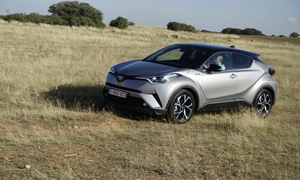 VIL FORNYE TOYOTA: Med sin debut i det kompakte crossover-segmentet kommer Toyota til å bli lagt merke til. Kjent og effektiv teknologi har fått en innpakning som bryter med det velkjente fra merket. Foto: Knut Moberg