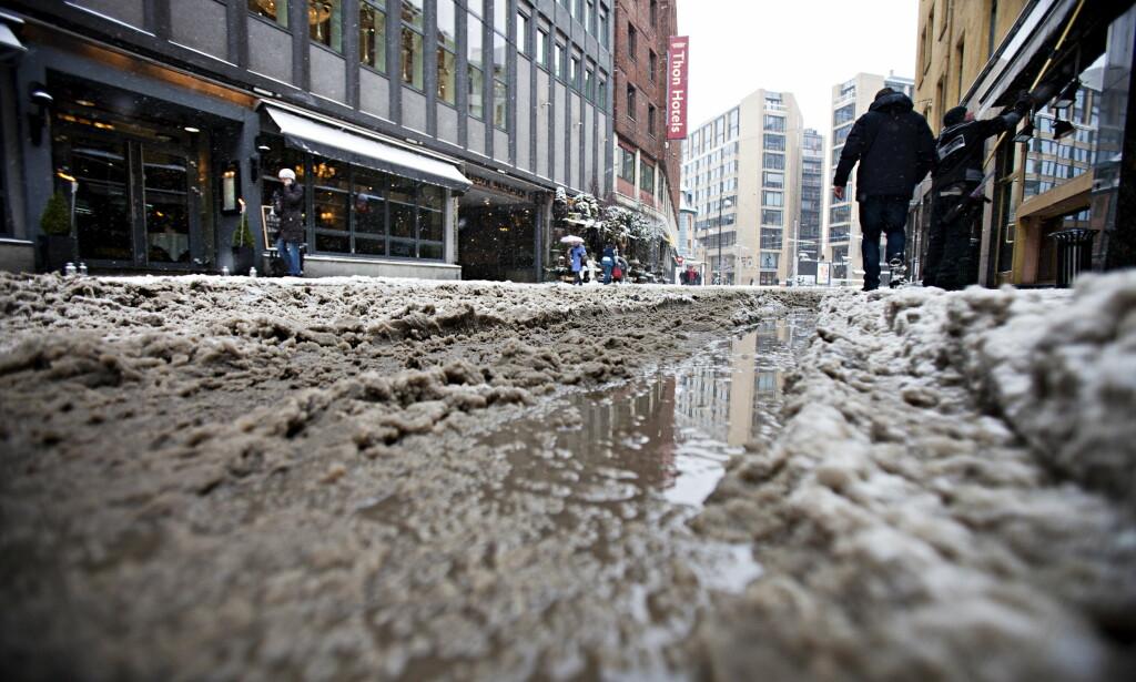 VINTEREN KOMMER: I januar 2011 var gatene i Oslo sentrum dekket av snø og sørpe etter snøfall og mildvær. Værmeldinger varsler nå kaldere netter i store deler av landet, så det kan være en god idé å bytte til vinterdekk. Foto: Thomas Winje Øijord / Scanpix