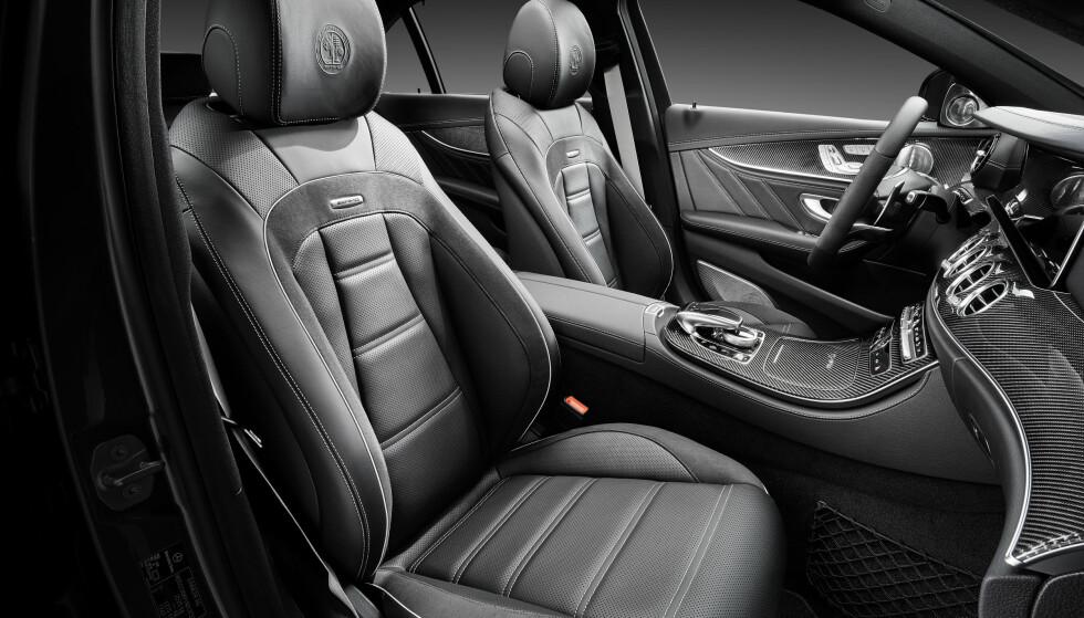 SKINN OG KARBON: Det er sportslig luksus som dominerer i denne versjonen av tidenes råeste E-klasse. Foto: Daimler