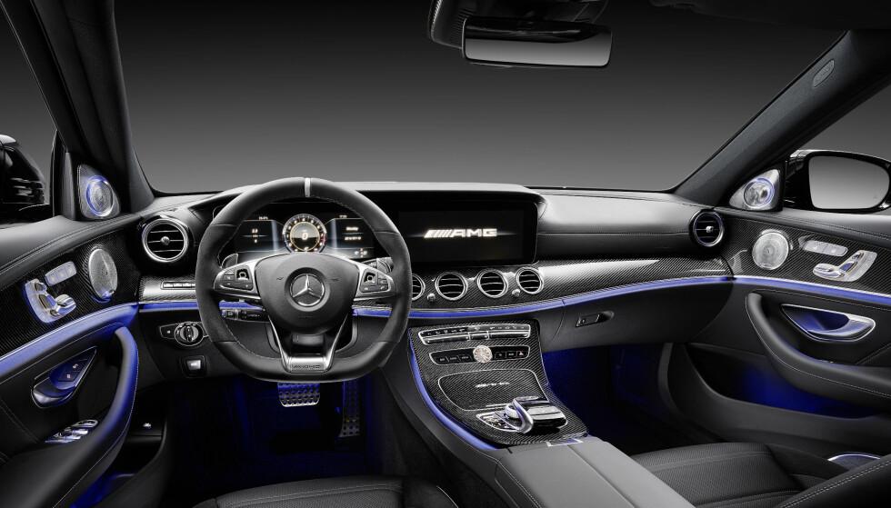 TEKNO-LUKSUS-SPORTSLIG: Nye Mercedes- AMG E 63 akselererer som en supersportsbil takket være sin 4.0 V8 biturbo på hele 612 hestekrefter. Med 0-100 på 3,4 sekunder tangerer den store sedanen i versjonen E 63 S 4Matic+ tiden til biler som Ferrari 458 Italia og McLaren 540 C. Samtidig: Med denne klarer Daimler-konsernet den sannsynligvis nest videste spagaten i tysk bilindustris historie. Etter VW. Foto: Daimler