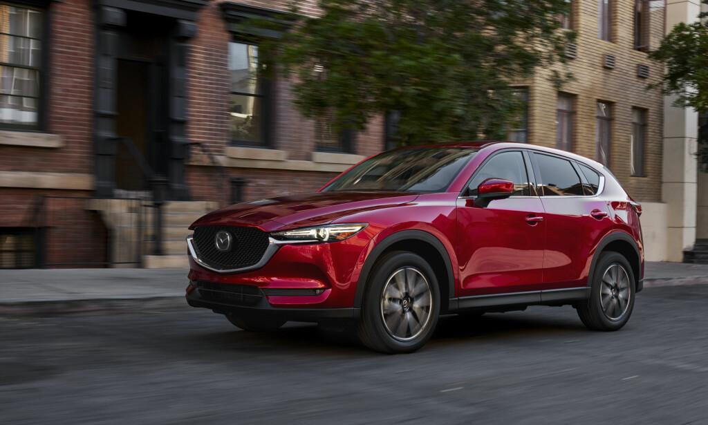 NY BIL, SAMME FORMEL: Størrelsesmessig er nye CX-5 omtrent som forgjengeren, men Mazda hevder bilen har fått senket tyngdepunkt og noe bredere sporvidde for ytterlig forbedrede kjøreegenskaper. Dessuten er A-stolpen flyttet 3,5 centimeter bakover for å ha optimal posisjon i forhold til forakselen. Foto: Mazda
