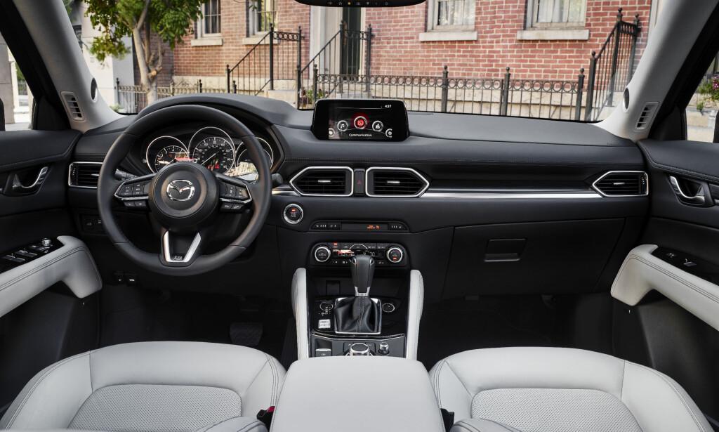 STRØKENT: Interiøret i den helt nye CX-5 er i henhold til Mazdas tidsriktige standard, med rene linjer og etter vår erfaring det høyeste nivået på opplevd interiørkvalitet blant de japanske bilprodusentene. Etter bildene å dømme ser det ut til at nye CX-5 fortsetter i det riktige sporet. Foto: Mazda