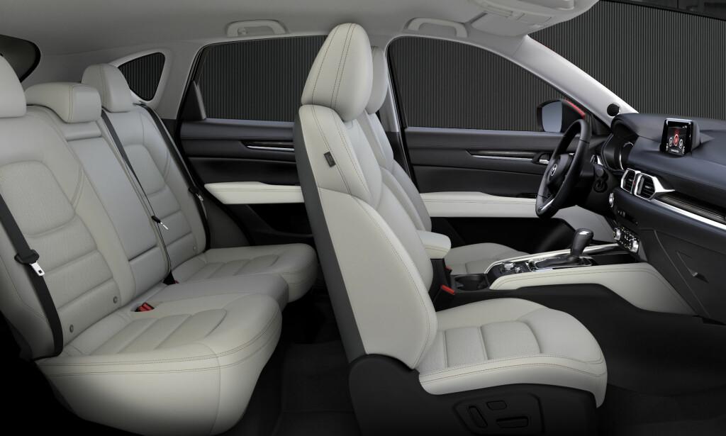 TO TONER: Kombinasjonen hvitt og svart er blant tre mulige interiørvarianter fargemessig. Foto: Mazda