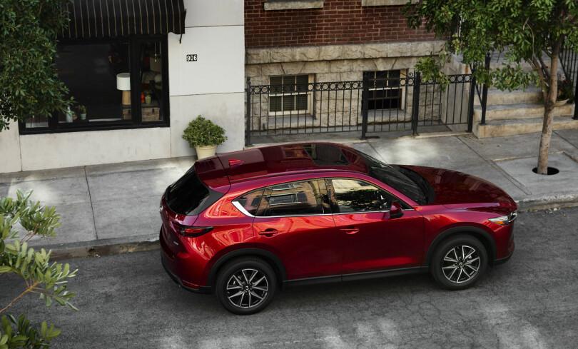 MELLOMSTOR: Med sine 455 centimeter i lengden plasserer Mazda CX-5 seg fortsatt omtrent i midten av folkesuv-klassen størrelsesmessig. Fargen vi ser her heter er spesiallakk ved navn Soul Red Crystal. Foto: Mazda