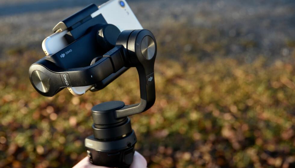<strong>BLIR STABILT:</strong> Med mobiltelefonen festet i en DJI Osmo Mobile, blir videoene du tar opp langt mer stabile. Foto: Pål Joakim Pollen