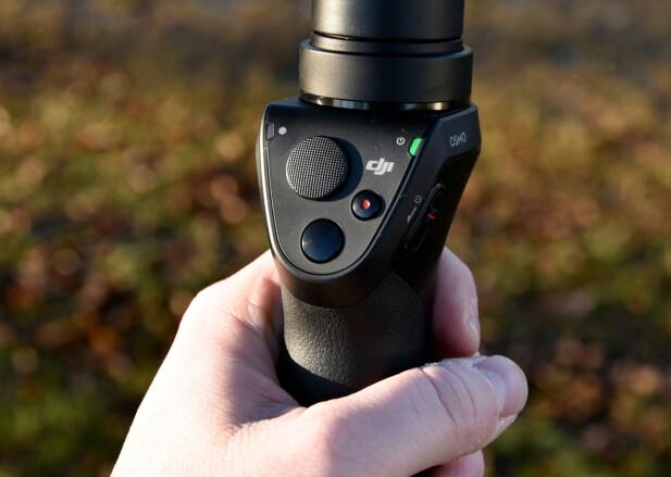 ENKEL BETJENING: Svart knapp tar bilder, knapp med rød prikk starter og stopper videoopptak og den ruglete knappen kan skyves på i alle retninger for å panorere kameraet. Foto: Pål Joakim Pollen