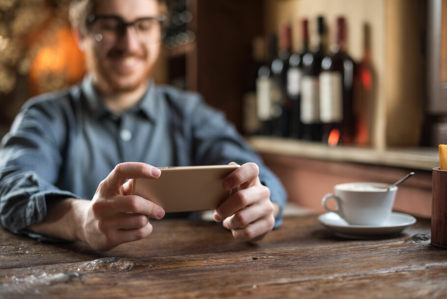 FULL FART: Har du god dekning, og liker å bruke mobilen til tyngre oppgaver, kan du få glede av at Telenor nå slipper 4G-bremsene på alle sine abonnementer. Fri fart vil gjelde for alle for alltid, og Telia vil trolig følge etter. Foto: Shutterstock / NTB Scanpix