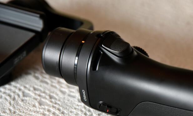 LÅS: Knappen på baksiden lar deg låse vinkelen på kameraet og har også ekstra funksjoner om du trykker to og tre ganger. Foto: Pål Joakim Pollen