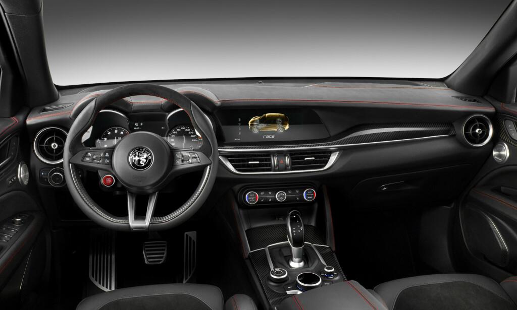 SPORTSLIG STEMNING: Førermiljøet er utpreget Alfa - alt er basert på fokus på føreren og det vesentligste av betjeningen er på rattet. Foto: Alfa Romeo