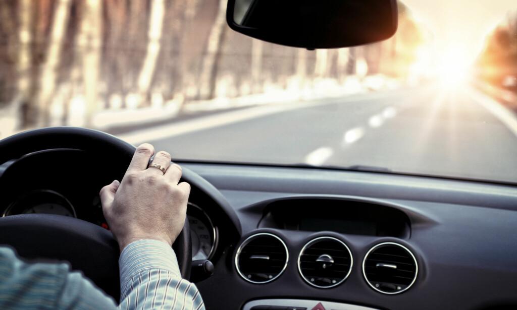 BILFORSIKRING: Ved hjelp av en enhet du kobler til bilen din og en app på telefonen, samler forsikringsselskapet info om hvordan du kjører. Det brukes til å sette en rabatt på forsikringen din. Foto: Shutterstock/NTB Scanpix