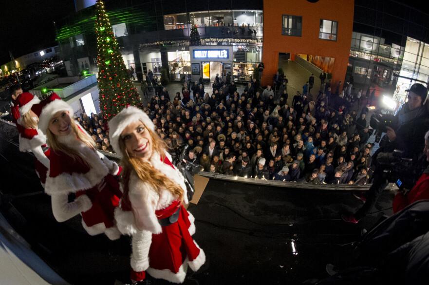 KAOS: Norwegian Outlet har virkelig omfavnet black friday-kaoset, og venter enda flere handlegale i år enn i fjor. Spørsmålet er hvor gode prisene egentlig er, og om du bør ta del i sirkuset. Foto: Jon Olav Nesvold / NTB SCANPIX