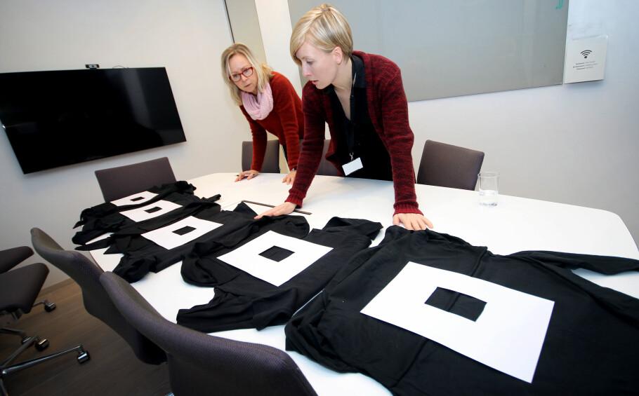 HAR FARGEN ENDRET SEG? Er det forskjell på sorte gensere? Og hvilken genser holder best på fargen? Vi har vasket og sammenlikner enkle, sorte gensere fra H&M, Cubus, Lindex og KappAhl - og ser også om det vil lønne seg å investere i en mye dyrere merkegenser fra Polo Ralph Lauren. Foto: Ole Petter Baugerød Stokke