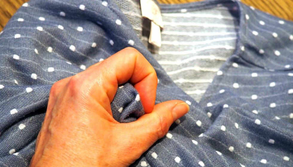 TA KRØLLTESTEN: Sjekk sømmer, forsterkninger og ta en krølltest, før du kjøper klær. Og kjøp noe du kommer til å bruke, er rådet fra eksperten. Foto: Kristin Sørdal
