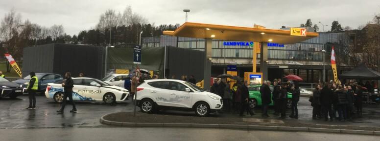 FØRSTE HYDROGENKØ: Her ser vi norges første hydrogenbilkø - rett etter åpningen av den nye hydrogenstasjonen i Bærum. Foto: Knut Moberg