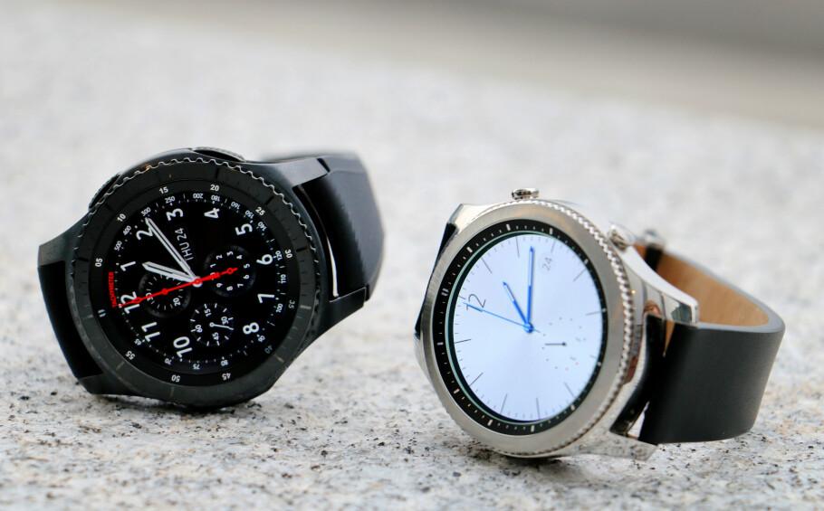 GODT KJØP: Samsung Gear S3 er mye smartklokke til 4000 kroner. Her er Frontier (til venstre) og Classic. Foto: Ole Petter Baugerød Stokke