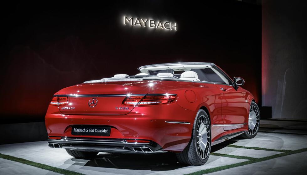 STRØKNE LINJER: Dette er utvilsomt mer elegant enn forrige Maybach-generasjon. Hekken har den spesielle desgnen som de nye kupéene og kabrioletene fra Mercedes er gjenkjennelige ved. Foto: Daimler