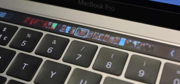 TILPASSER SEG: Avhengig av hvilket program du bruker vil innholdet i Touch bar-skjermen tilpasse seg deretter. Her kan vi enkelt bla i bilder når vi bruker Bilder-programmet. Foto: Pål Joakim Pollen
