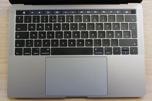 SKJERM: Den øverste raden med taster er nå byttet ut med en skjerm på nye Macbook Pro, eller Touch bar, som Apple kaller det selv. Foto: Pål Joakim Pollen