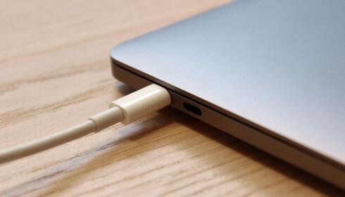 Pluggen stikker litt inn i chassiset, i motsetning til Apples MagSafe-løsning som var festet magnetisk. Foto: Pål Joakim Pollen
