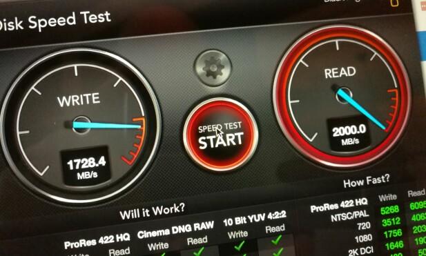 GÅR I TAKET: Lesehastigheten på SSD-disken i Macbook Pro stanger i taket på Blackmagic-testen. Foto: Pål Joakim Pollen
