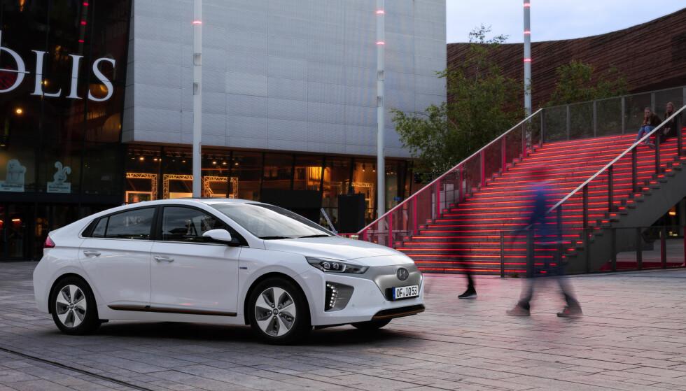 VINNERBIL: Den nye Hyundai Ioniq kommer i tre forskjellige utgaver: Som hybrid, ladbar hybrid og ren elbil. Et konsept som treffer veldig godt her hjemme på berget. Foto: Hyundai