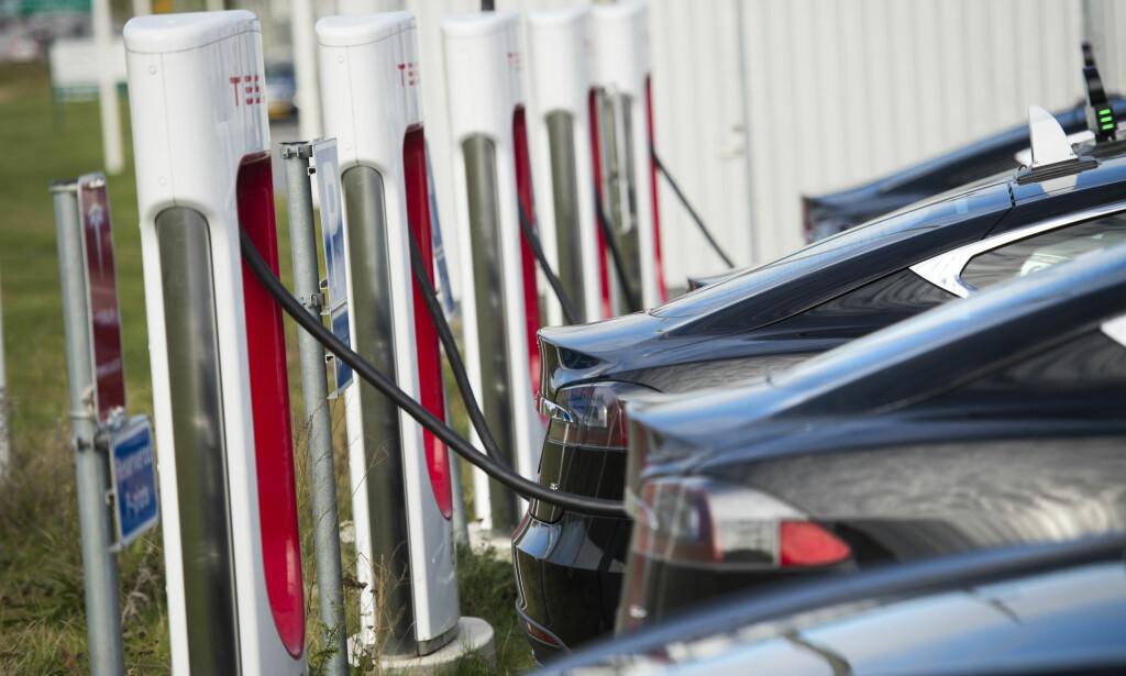 SUPERLADERE TIL TESLA: Nå er bare en viss mengde strøm gratis, deretter koster det 1,40 per kilowatt på Teslas superladere. Foto: Fredrik Sandberg