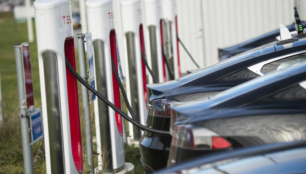 KAN BLI FORBIGÅTT: I dag er Teslas hurtigladere kjent som de kjappeste, men nå kan et samarbeid mellom flere konkurrenter sette igang et nettverk av ladere som er tre ganger så raske. Foto: Fredrik Sandberg / TT / Kod 10080