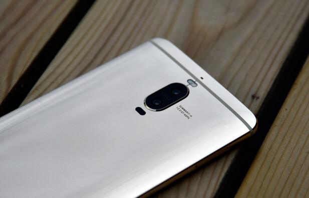 <strong>TO BAK:</strong> Huawei fortsetter med det doble kameraoppsettet også i Mate 9 Pro. Foto: Pål Joakim Pollen