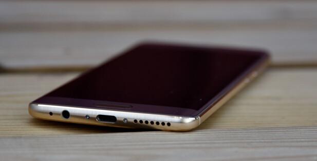 FLOTT Å SE PÅ: Huawei-telefonen har fått en svakt avrundet skjerm langs kanten, som er med på å gi et solid inntrykk konstruksjonsmessig. Foto: Pål Joakim Pollen