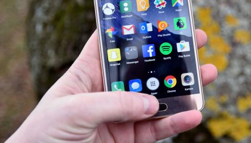 <strong>LYNRASK:</strong> Huawei har nå flyttet fingeravtrykksleseren foran på telefonen, og den er svært rask og presis. Foto: Pål Joakim Pollen