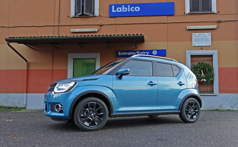 GODT PAKKET: Liten og stutt, kort og butt - det beskriver nye Suzuki Ignis bra. Den lille SUV-en er bare 370 centimeter lang, men har ganske grei innvendig plass tross en ganske høy bakkeklaring på 18 centimeter, takket være høyden på 160 centimeter. Foto: Knut Moberg