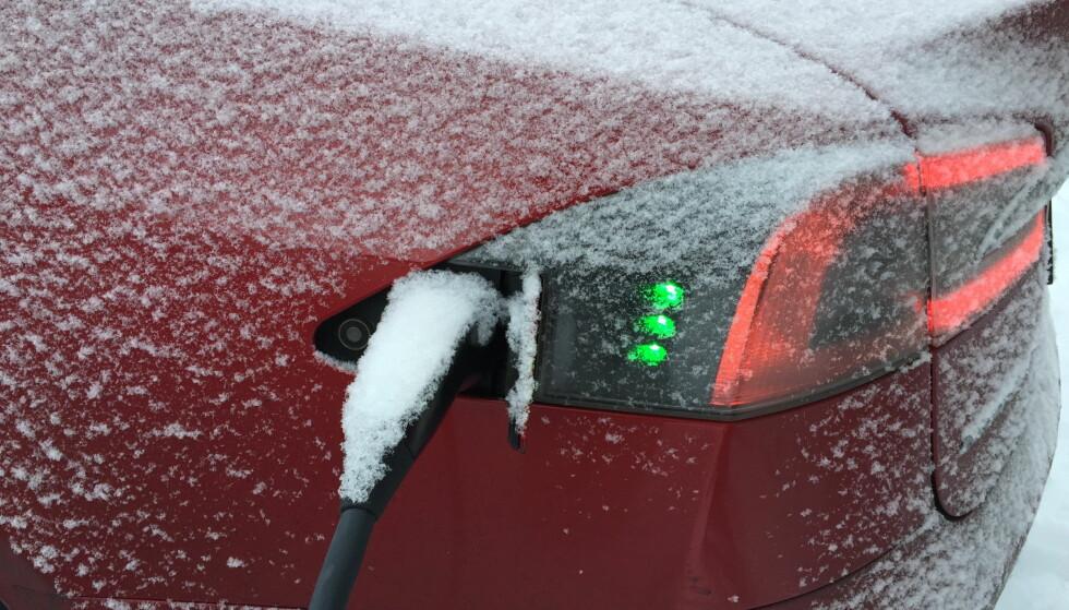 REDUSERER REKKEVIDDEN: Rekkevidden på elbiler reduseres når er kaldt, da må man være ekstra oppmerksom slik at man ikke kjører seg tom for strøm. Foto: Arne V. Hoem