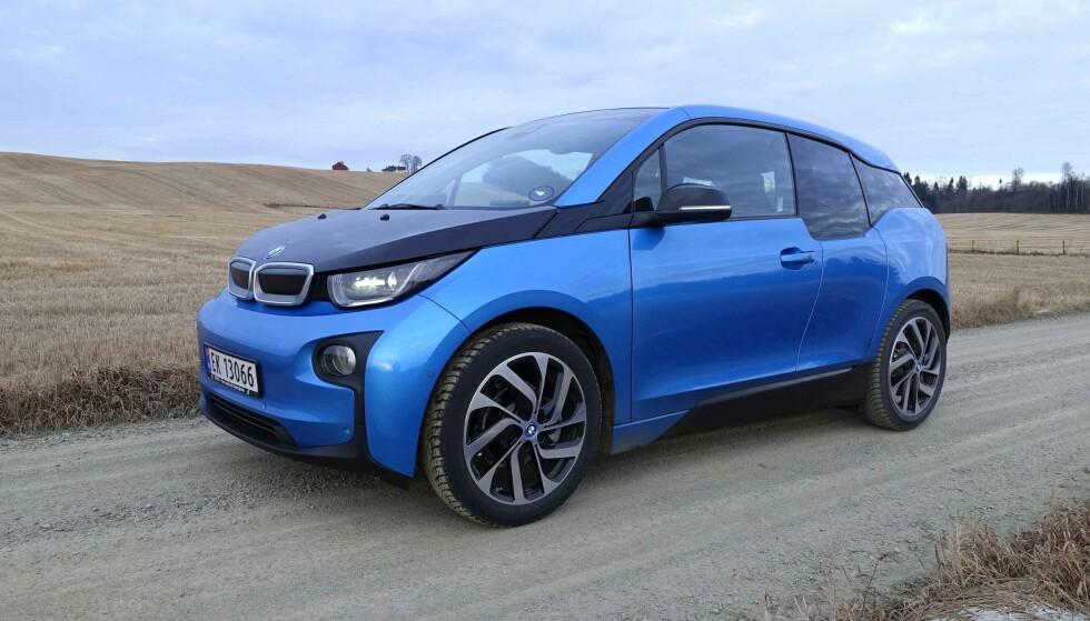 STORSELGEREN: BMW i3 har nå 300 km teoretisk rekkevidde og det er denne versjonen som virkelig har fått elbilmarkedet til å ta av igjen i november. I det minste målt i antall registreringer... Foto: Knut Moberg