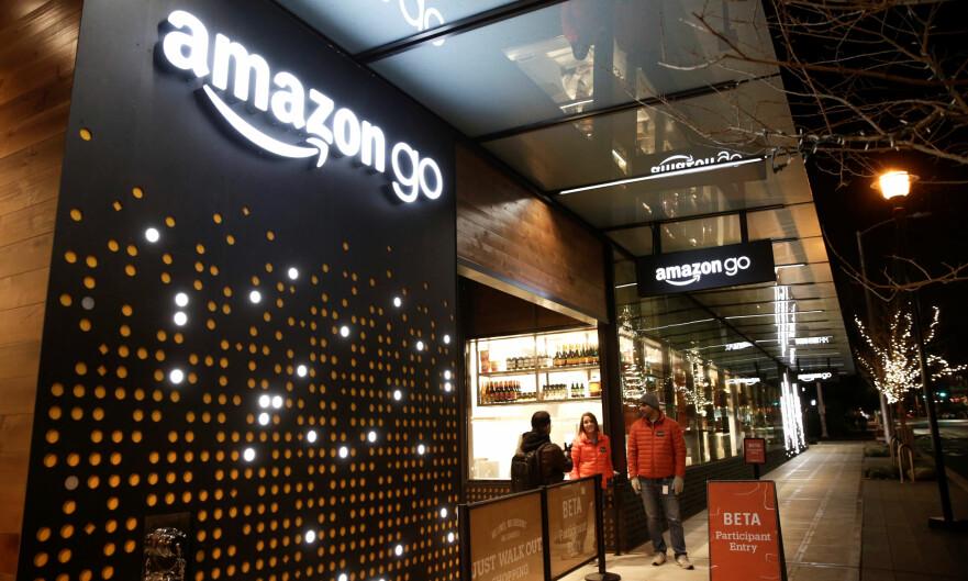 TA OG GÅ: Amazon åpner sin første Go-butikk rett over nyttår. Der kan du plukke med deg varene du trenger og gå rett ut. Foto: Jason Redmond/Reuters/NTB Scanpix
