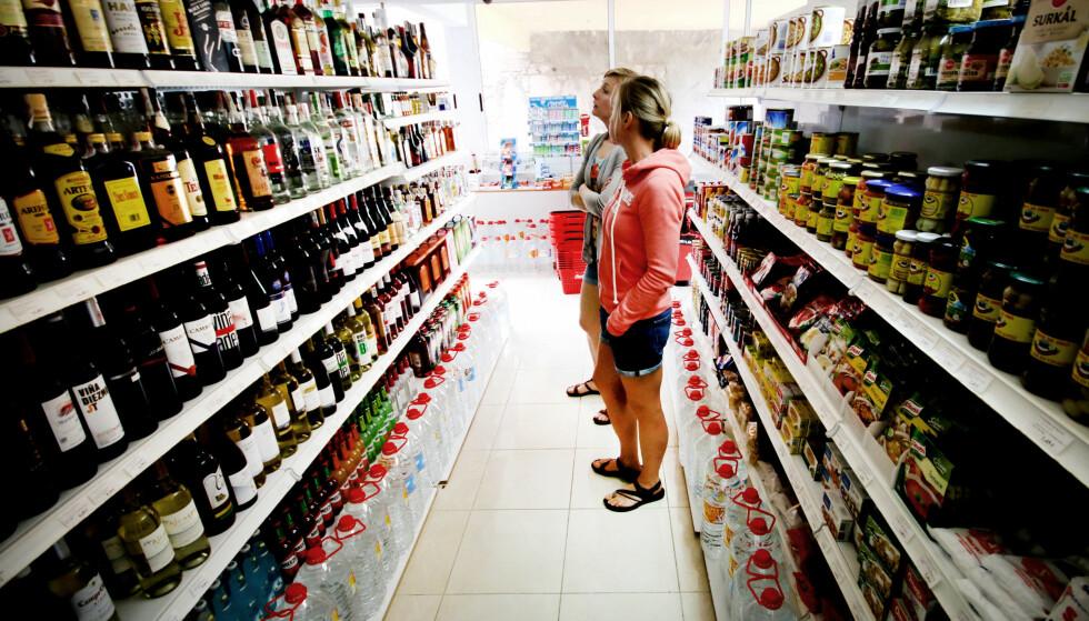 BILLIGST I LOKALBUTIKKEN: Skal du kjøpe vin eller sprit på ferien, også for å ta med deg kvoten hjem, bør du handle i butikk på feriestedet. Der er det nemlig billigere enn både på flyplassen på reisemålet og på taxfreebutikken i Norge. Foto: Ole Petter Baugerød Stokke.