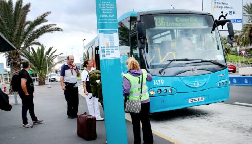 BE OM HJELP: Er du i tvil om hvilken buss du skal velge, gir busselskapet info på flyplassens holdeplass. Foto: Ole Petter Baugerød Stokke