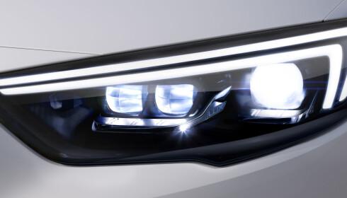 LED MATRIX: Kraftig LED-fjernlys og selektiv anti-blendingsfunksjon - Opel har utvilsomt avanserte lyssystemer. Foto: Opel
