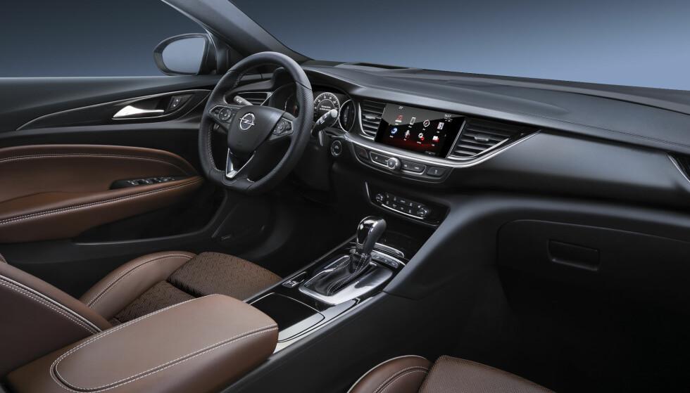MER PLASS: Det slanke ytre gjenspeiles også på førerplass. Dashbord og instrumentering er klart førerfokusert, men med en bred horisontal layout. Foto: Opel