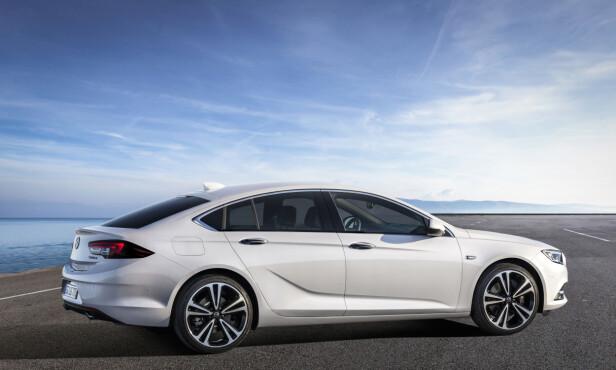 STORBIL: Med en lengde på 4 meter og 90 centimeter er det vanskelig å fortsette å snakke om mellomklasse. Det gjelder også mange av konkurrentene. Foto: Opel