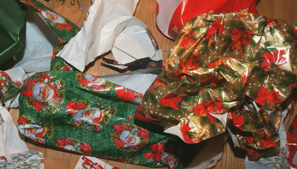 HAUG PÅ JULAFTEN: Julepapiret kan alltid kastes sammen med restavfallet. I Oslo kan du også legge det i papirbeholderen. (Foto: Jon Eeg/Scanpix NTB)