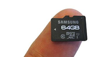 Et micro SD-minnekort kan være en billig måte å oppgradere lagringsplassen på telefonen på. Et 64 GB-kort som dette koster et par hundrelapper i billigste nettbutikk. Foto: Bjørn Eirik Loftås