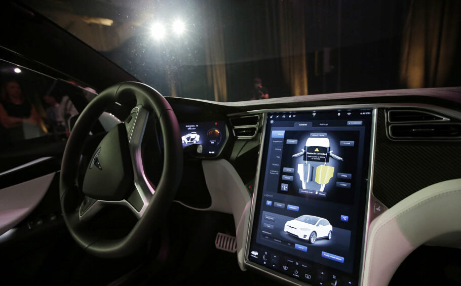 """FØRERASSISTANSE: Bilene kjører ikke ennå av seg selv, men har stadig flere """"autopilot""""-funksjoner, noe Tesla (bildet), var tidlig ute med. Euro NCAP følger utviklingen og har foretatt en første evaluering av ti bilmodeller. Foto: AP Photo/Marcio Jose Sanchez"""