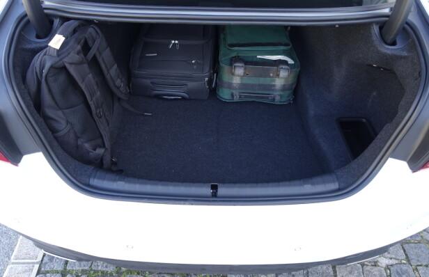 GREI PLASS: 530 liter bagasjeplass er det man kan forvente i en stor sedan - ikke særlig mer. Koffertrommet er ikke spesielt praktisk utformet. Foto: Knut Moberg