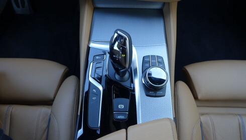 STEP ON IT: Steptronic-girkassen til BMW oppfordrer til å bruke gassen - så godt, sømløst og mykt bsamarbeider den med motorene. Foto: Knut Moberg